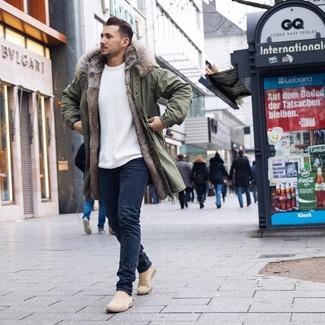 Wie kombinieren: olivgrüner Parka, weißer Pullover mit einem Rundhalsausschnitt, dunkelblaue Jeans, hellbeige Chelsea-Stiefel aus Wildleder