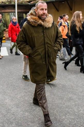 Dunkelbraune Lederfreizeitstiefel kombinieren: Ein olivgrüner Parka und eine braune Anzughose sind eine großartige Outfit-Formel für Ihre Sammlung. Ergänzen Sie Ihr Look mit einer dunkelbraunen Lederfreizeitstiefeln.
