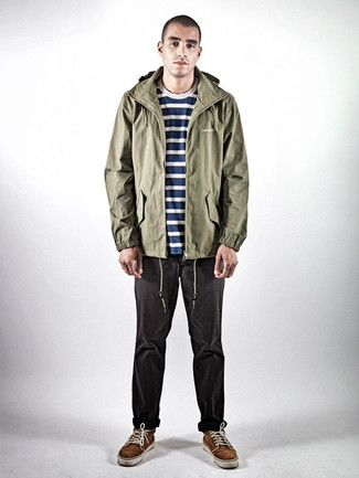 Wie kombinieren: olivgrüner leichter Parka, dunkelblaues und weißes horizontal gestreiftes T-Shirt mit einem Rundhalsausschnitt, dunkelgraue Jeans, dunkelbraune Wildleder niedrige Sneakers