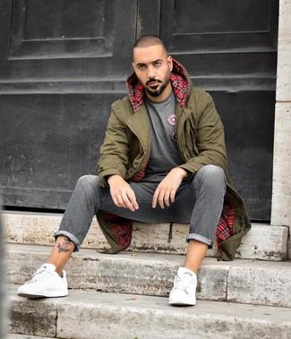 Wie kombinieren: olivgrüner Parka, graues T-Shirt mit einem Rundhalsausschnitt, graue Jeans, weiße Leder niedrige Sneakers