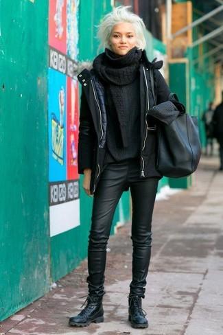 Wie kombinieren: schwarzer Parka, schwarzer Strick Oversize Pullover, schwarze enge Hose aus Leder, schwarze flache Stiefel mit einer Schnürung aus Leder
