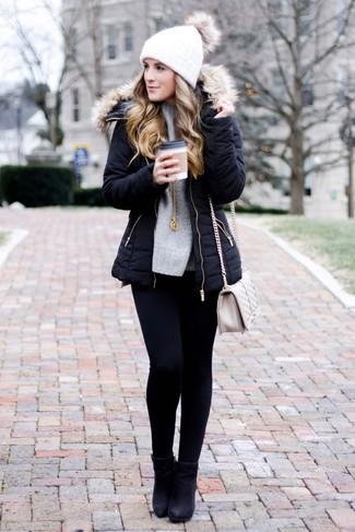 Wie kombinieren: schwarzer Parka, grauer Strick Oversize Pullover, schwarze enge Jeans, schwarze Leder Stiefeletten