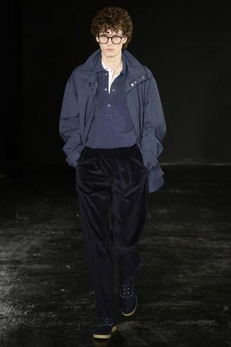 dunkelblauer Parka, dunkelblauer Polo Pullover, weißes T-shirt mit einer Knopfleiste, dunkelblaue Anzughose aus Kord für Herren