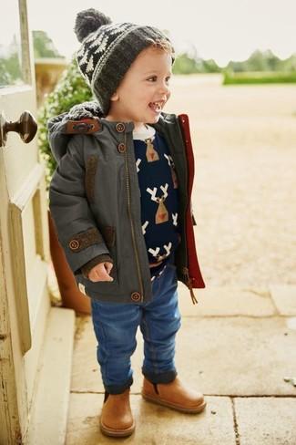 Wie kombinieren: dunkelgrauer Parka, dunkelblauer bedruckter Pullover, blaue Jeans, beige Stiefel aus Leder