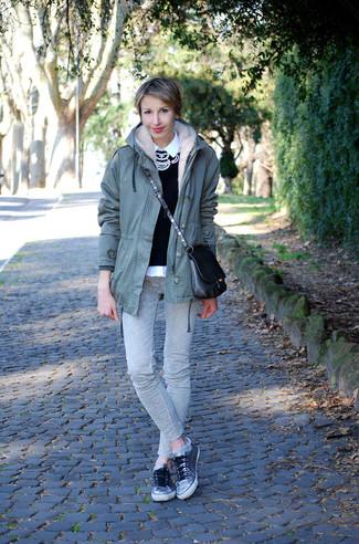 Wie kombinieren: olivgrüner Parka, schwarzer verzierter Pullover mit einem Rundhalsausschnitt, weißes Businesshemd, graue enge Jeans