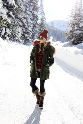 30 Jährige: Grauen Pullover mit einem Rundhalsausschnitt kombinieren – 16 Winter Damen Outfits: Erwägen Sie das Tragen von einem grauen Pullover mit einem Rundhalsausschnitt und schwarzen Leggings, umein lockeres Outfit zu kreieren, der im Kleiderschrank der Frau nicht fehlen darf. Dunkelbraune Winterschuhe sind eine kluge Wahl, um dieses Outfit zu vervollständigen. Ein super Outfit für den Winter.