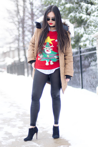 Wie kombinieren: hellbeige Parka, roter Pullover mit einem Rundhalsausschnitt mit Weihnachten Muster, hellblaues vertikal gestreiftes Businesshemd, schwarze Lederleggings