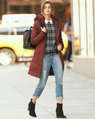 Wie kombinieren: rotbrauner Parka, dunkelgrauer Pullover mit einem Rundhalsausschnitt mit Schottenmuster, weißes Businesshemd, hellblaue Jeans mit Destroyed-Effekten