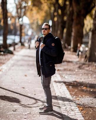 Wie kombinieren: dunkelblauer Parka, weißer Pullover mit einem Rundhalsausschnitt, graue Cargohose, olivgrüne Sportschuhe