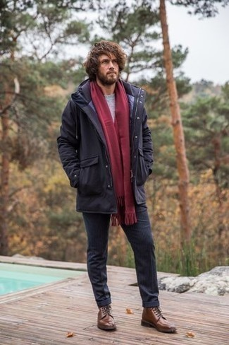 Grauen Pullover mit einem Rundhalsausschnitt kombinieren für kühl Wetter: trends 2020: Erwägen Sie das Tragen von einem grauen Pullover mit einem Rundhalsausschnitt und einer dunkelblauen vertikal gestreiften Chinohose für ein großartiges Wochenend-Outfit. Machen Sie Ihr Outfit mit einer braunen Lederfreizeitstiefeln eleganter.