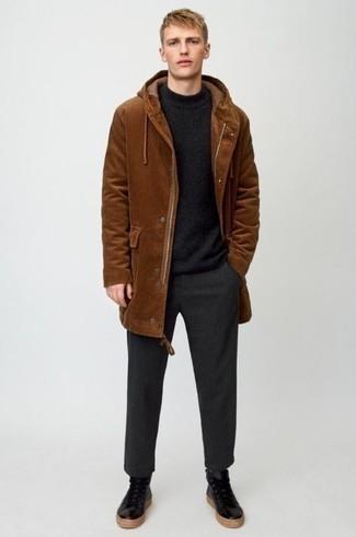 Dunkelgraue Chinohose kombinieren – 89 Casual Herren Outfits kalt Wetter: Kombinieren Sie einen braunen Parka mit einer dunkelgrauen Chinohose für ein großartiges Wochenend-Outfit. Suchen Sie nach leichtem Schuhwerk? Vervollständigen Sie Ihr Outfit mit schwarzen hohen Sneakers aus Leder für den Tag.