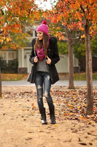 30 Jährige: Grauen Pullover mit einem Rundhalsausschnitt kombinieren – 16 Winter Damen Outfits: Probieren Sie diese Kombination aus einem grauen Pullover mit einem Rundhalsausschnitt und dunkelblauen engen Jeans mit Destroyed-Effekten für einen hübschen ultralässigen City-Look. Schwarze Leder mittelalte Stiefel bringen Eleganz zu einem ansonsten schlichten Look. Das ist eindeutig ein perfekt passendes Outfit für Wintertage!