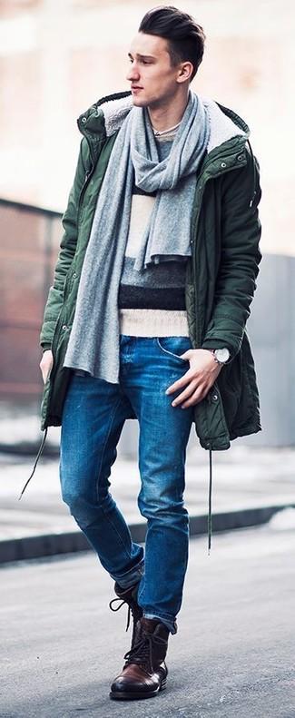 Wie dunkelgrünen Parka mit dunkelblauer und grüner Jeans zu