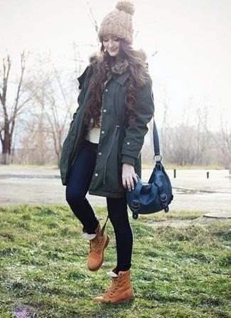 Wie kombinieren: dunkelgrüner Parka, hellbeige Pullover mit einem Rundhalsausschnitt, dunkelblaue enge Jeans, beige flache Stiefel mit einer Schnürung aus Leder