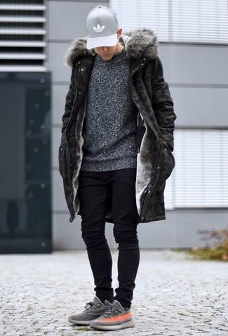 Wie kombinieren: olivgrüner Camouflage Parka, dunkelgrauer Pullover mit einem Rundhalsausschnitt, schwarze enge Jeans, graue Sportschuhe