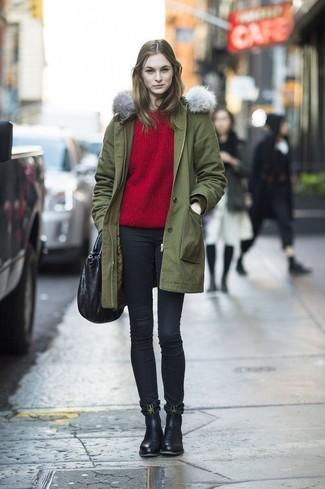 Wie kombinieren: olivgrüner Parka, roter Pullover mit einem Rundhalsausschnitt, schwarze enge Jeans, schwarze Chelsea-Stiefel aus Leder