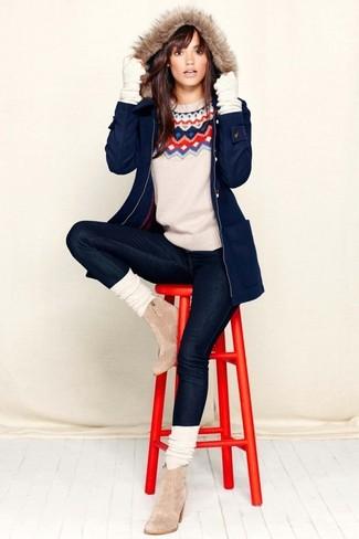 Wie kombinieren: dunkelblauer Parka, weißer Pullover mit einem Rundhalsausschnitt mit Fair Isle-Muster, schwarze enge Jeans, hellbeige Chelsea-Stiefel aus Wildleder