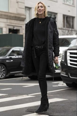 Wie kombinieren: schwarzer Parka, schwarzer Pullover mit einem Rundhalsausschnitt, schwarze enge Jeans, schwarze Wildleder Stiefeletten