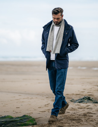 Wie kombinieren: dunkelblauer Parka, weißer Pullover mit einem Rundhalsausschnitt, blaue Jeans, olivgrüne Chukka-Stiefel aus Wildleder