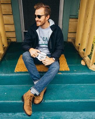 Wie kombinieren: dunkelblauer Parka, grauer bedruckter Pullover mit einem Rundhalsausschnitt, blaue Jeans, beige Wildlederfreizeitstiefel