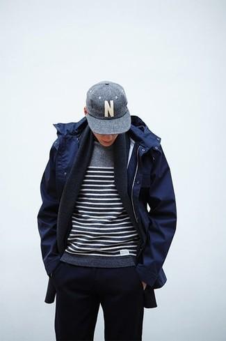 Wie kombinieren: dunkelblauer Parka, grauer horizontal gestreifter Pullover mit einem Rundhalsausschnitt, dunkelblaue Jogginghose, graue Baseballkappe