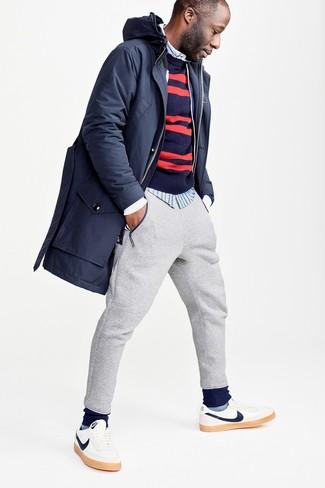Wie kombinieren: dunkelblauer Parka, dunkelblauer und roter horizontal gestreifter Pullover mit einem Rundhalsausschnitt, hellblaues vertikal gestreiftes Langarmhemd, graue Jogginghose