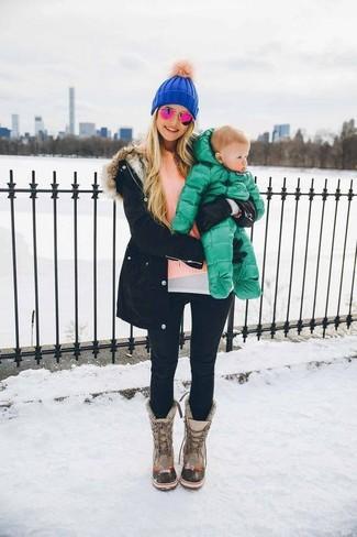 Rosa Pullover mit einem Rundhalsausschnitt kombinieren: trends 2020: Ein rosa Pullover mit einem Rundhalsausschnitt und schwarze enge Jeans sind absolut lässige Basics und können mit einer Vielzahl von Kleidungsstücken kombiniert werden. Fühlen Sie sich ideenreich? Wählen Sie grauen Winterschuhe.