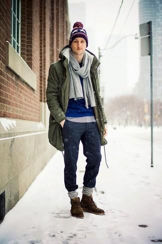 Wie kombinieren: olivgrüner Parka, blauer Pullover mit einem Rundhalsausschnitt, graues T-Shirt mit einem Rundhalsausschnitt, dunkelgraue Wollchinohose
