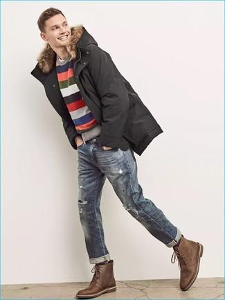 Wie kombinieren: schwarzer Parka, mehrfarbiger horizontal gestreifter Pullover mit einem Rundhalsausschnitt, weißes T-Shirt mit einem Rundhalsausschnitt, blaue Jeans mit Destroyed-Effekten