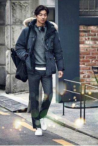 Grauen Pullover mit einem Rundhalsausschnitt kombinieren – 500+ Herren Outfits: Kombinieren Sie einen grauen Pullover mit einem Rundhalsausschnitt mit einer dunkelgrauen Wollchinohose für einen bequemen Alltags-Look. Wenn Sie nicht durch und durch formal auftreten möchten, wählen Sie weißen Segeltuch niedrige Sneakers.