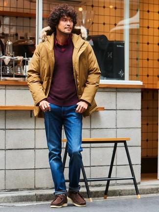 Wie kombinieren: senf Parka, dunkelroter Pullover mit einem V-Ausschnitt, rotes Langarmhemd mit Schottenmuster, blaue Jeans