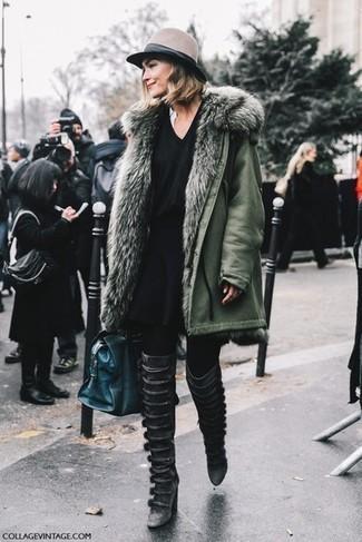 Wie kombinieren: olivgrüner Parka, schwarzer Pullover mit einem V-Ausschnitt, schwarzer Skaterrock, schwarze Overknee Stiefel aus Leder