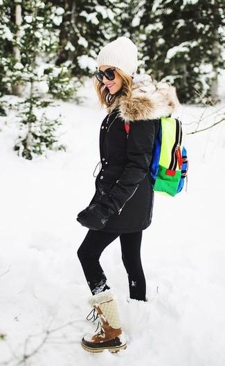 Grauen Pullover mit einer Kapuze kombinieren: trends 2020: Möchten Sie ein modernes, lässiges Outfit erzeugen, ist die Paarung aus einem grauen Pullover mit einer Kapuze und schwarzen Leggings ganz prima. Ergänzen Sie Ihr Look mit braunen Wildlederwinterschuhen.
