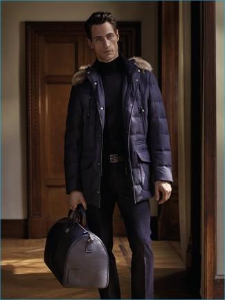 Wie kombinieren: dunkelblauer Parka, schwarzer Rollkragenpullover, schwarze Anzughose, schwarze Leder Reisetasche