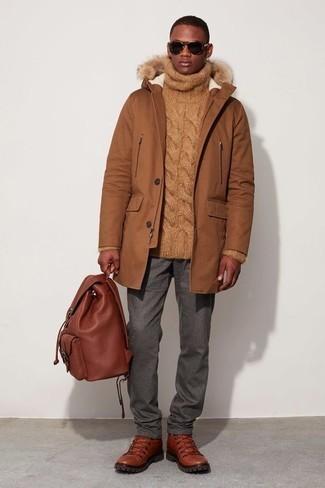 Dunkelgraue Chinohose kombinieren – 500+ Herren Outfits kalt Wetter: Kombinieren Sie einen rotbraunen Parka mit einer dunkelgrauen Chinohose, um mühelos alles zu meistern, was auch immer der Tag bringen mag. Fühlen Sie sich mutig? Komplettieren Sie Ihr Outfit mit rotbraunen Lederarbeitsstiefeln.
