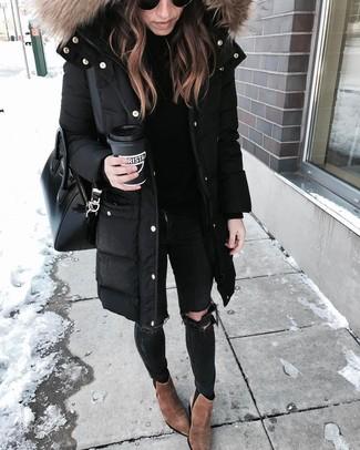 Schwarze enge Jeans mit Destroyed-Effekten kombinieren – 344 Damen Outfits: Um ein lässiges Trend-Outfit zu kreieren, brauchen Sie nur einen schwarzen Parka und schwarzen enge Jeans mit Destroyed-Effekten. Braune Wildleder Stiefeletten sind eine gute Wahl, um dieses Outfit zu vervollständigen.