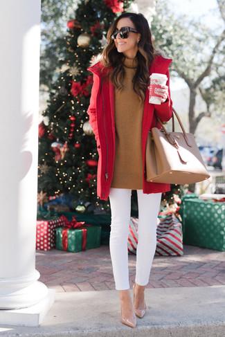 Wie kombinieren: roter Parka, rotbrauner Rollkragenpullover, weiße enge Jeans, hellbeige Leder Pumps