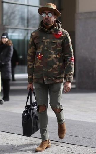Parka kombinieren: trends 2020: Kombinieren Sie einen Parka mit olivgrünen Jeans mit Destroyed-Effekten für einen entspannten Wochenend-Look. Fühlen Sie sich ideenreich? Entscheiden Sie sich für beige Chelsea Boots aus Wildleder.