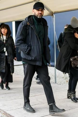Graue Chelsea Boots aus Wildleder kombinieren – 5 Winter Herren Outfits: Kombinieren Sie einen dunkelblauen Parka mit einer dunkelgrauen Chinohose für ein sonntägliches Mittagessen mit Freunden. Fühlen Sie sich mutig? Wählen Sie grauen Chelsea Boots aus Wildleder. Schon haben wir ein cooles Outfit im Winter.