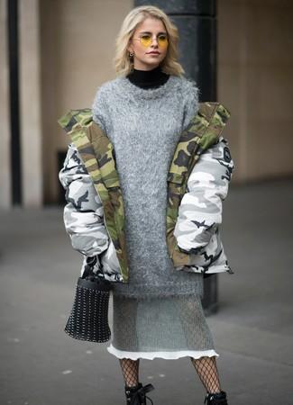 Wie kombinieren: grauer Camouflage Parka, schwarzer Rollkragenpullover, graues Strick Sweatkleid, schwarze Schnürstiefeletten aus Leder