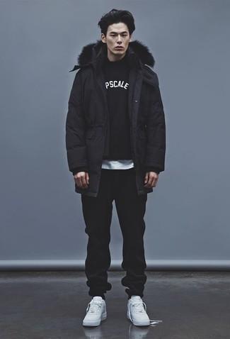 Schwarze Jogginghose kombinieren: Casual-Outfits: trends 2020: Für ein bequemes Couch-Outfit, kombinieren Sie einen schwarzen Parka mit einer schwarzen Jogginghose. Fühlen Sie sich ideenreich? Entscheiden Sie sich für weißen Leder niedrige Sneakers.