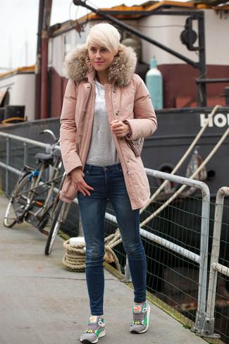 30 Jährige: Grauen Pullover mit einem Rundhalsausschnitt kombinieren – 153 Frühling Damen Outfits: Wenn Sie ein interessantes, lässiges Outfit erhalten möchten, bleiben ein grauer Pullover mit einem Rundhalsausschnitt und dunkelblaue enge Jeans ein Klassiker. Graue Sportschuhe liefern einen wunderschönen Kontrast zu dem Rest des Looks. So einfach kann ein stylischer Frühlings-Look sein.