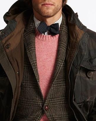 Wie kombinieren: dunkelbrauner Parka, dunkelbraunes Wollsakko mit Schottenmuster, rosa Pullover mit einem Rundhalsausschnitt, weißes Langarmhemd mit Vichy-Muster
