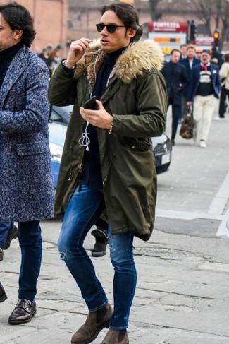 Wie Rollkragenpullover mit Chelsea-Stiefel zu kombinieren: Ein Rollkragenpullover und blaue enge Jeans mit Destroyed-Effekten sind eine perfekte Outfit-Formel für Ihre Sammlung. Chelsea-Stiefel bringen klassische Ästhetik zum Ensemble.