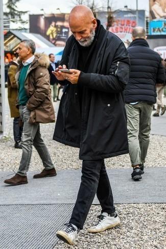 Weiße Leder niedrige Sneakers kombinieren: trends 2020: Für ein bequemes Couch-Outfit, tragen Sie einen schwarzen Parka und schwarzen Jeans. Ergänzen Sie Ihr Look mit weißen Leder niedrigen Sneakers.