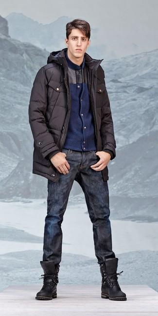 Wie kombinieren: schwarzer Parka, dunkelblaue Wollbomberjacke, dunkelblaue Jeans, schwarze Lederarbeitsstiefel