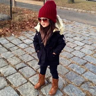 Wie kombinieren: schwarzer Parka, schwarze Leggings, braune Stiefel, rote Mütze