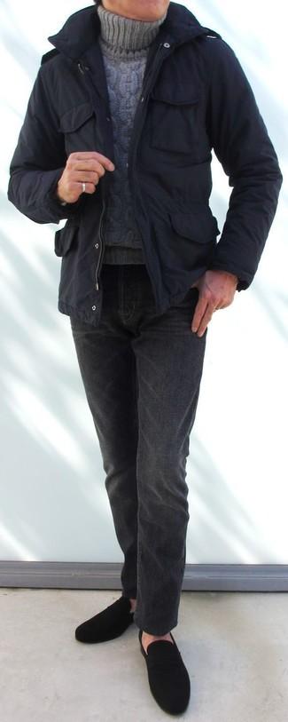Wie kombinieren: schwarzer Parka, grauer Strick Rollkragenpullover, dunkelgraue Jeans, schwarze Wildleder Slipper