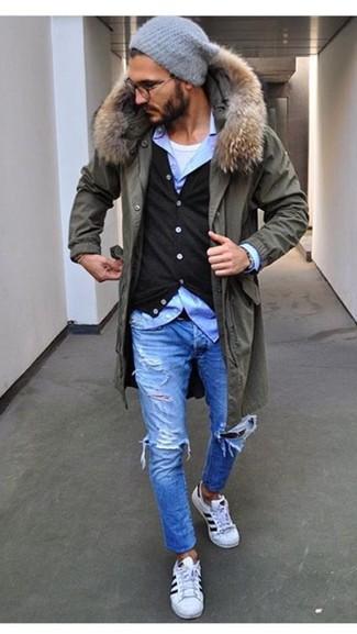 Hellblaue Jeans mit Destroyed-Effekten kombinieren für Winter: trends 2020: Erwägen Sie das Tragen von einem olivgrünen Parka und hellblauen Jeans mit Destroyed-Effekten für einen entspannten Wochenend-Look. Weiße niedrige Sneakers bringen Eleganz zu einem ansonsten schlichten Look. Dieses Outfit eignet sich sehr gut für den Winter.