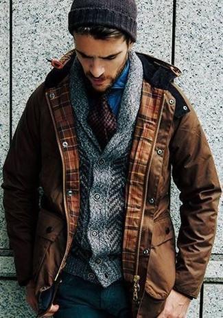 Wie kombinieren: brauner Parka, graue Strick Strickjacke mit einem Schalkragen, blaues Jeanshemd, schwarze Wollanzughose